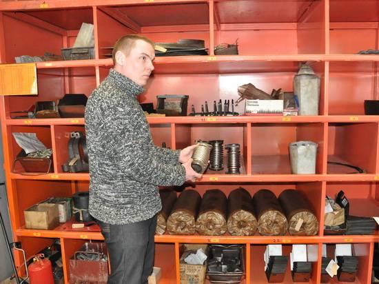 мастер Андрей Осипов у стеллажа с комплектующими