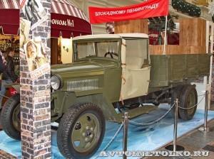 Грузовой автомобиль ГАЗ-АА с пулеметной установкой 4М на выставке Герои своего времени в ГУМе слева