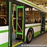 Городской низкопольный автобус ЛиАЗ 5292 с газовым двигателем на выставке GasSuf 2013 двери