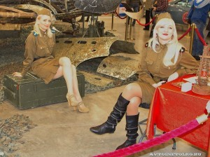 Девушки в военной форме на Олдтаймер-галерее Ильи Сорокина - 1