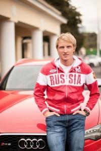 двукратный призер Олимпийских игр 2010 по конькобежному спорту Иван Скобрев у автомобиля Audi A8L