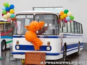 Олимпийский автобус ЛАЗ 699Р на фестивале Мир автобусов в Коломне 2013 года слева