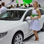 Легковой автомобиль Skoda Superb Combi Elegance на Московском Автосалоне ММАС 2012 слева