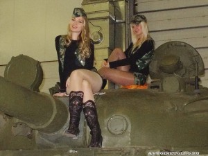 Девушки в камуфляже на Олдтаймер-галерее Ильи Сорокина - 2