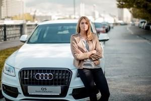 чемпионка мира в параллельном гигантском слаломе Алена Заварзина у автомобиля Audi Q5