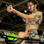 Девушки в камуфляже на Московском автомобильном салоне - 4