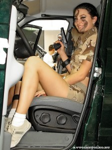 Девушки в камуфляже на Московском автомобильном салоне - 1