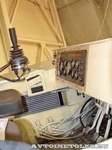 Плавающий вездеход БТ-3 производства ИП Говоров ОКБ на выставке Вездеход 2013 в Крокус Экспо место водителя