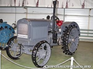 колесный трактор СХТЗ-15-30 на стенде Мастерской Шаманского на Олдтаймер-Галерее в Сокольниках 2014 - 1