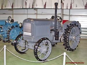 колесный трактор СХТЗ-15-30 на стенде Мастерской Шаманского, Олдтаймер-Галерея в Сокольниках 2014
