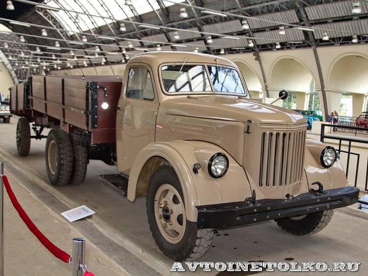 УралЗиС 355М с прицепом на выставке 90 лет советскому автопрому на ВДНХ - 1