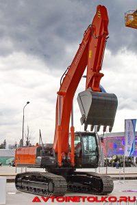 Одноковшовый гусеничный экскаватор Zaxis-330LC. на выставке Демострой 2018
