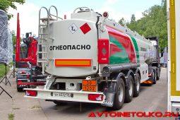 Cедельный тягач Scania P410 A6x2NA с полуприцепом топливозаправщиком ГрАЗ компании «Татнефть» на презентации в Дмитрове