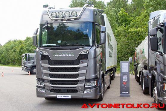 Седельный тягач Scania S730 A4x2NA с легким изотермическим фургоном Kögel Box на презентации в Дмитрове